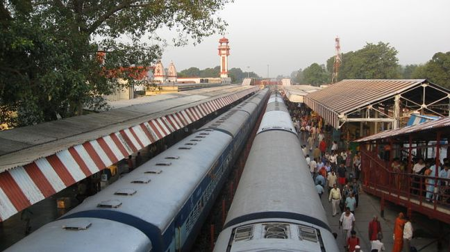 800px-Trains_at_Haridwar_Railway_Station